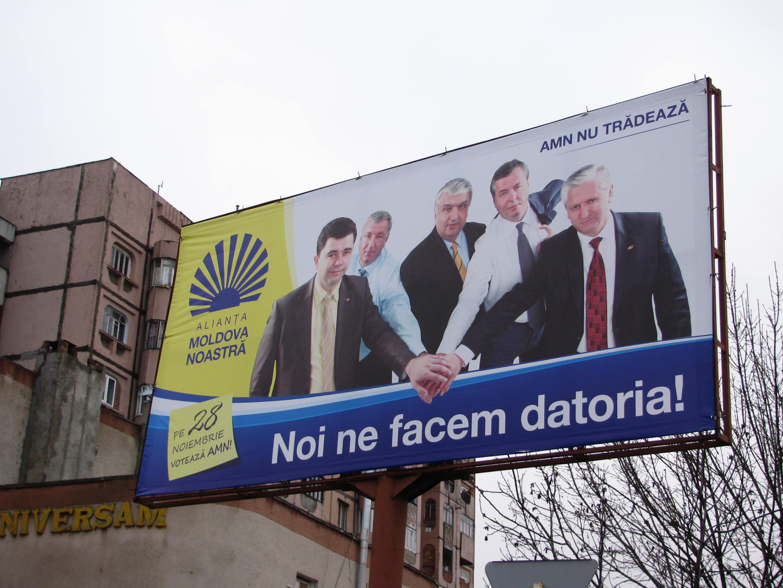 Manifesti elettorali per le legislative anticipate moldave del 28 novembre 2010 (foto di Vlad Sirbu)