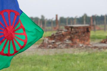 Resti di Aushwitz e la bandiera rom (foto © Grabowski Foto/Shutterstock)