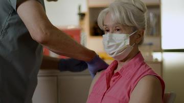Una donna riceve una dose di vaccino (Shutterstock)