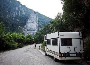 Turisti al confine tra Serbia e Romania
