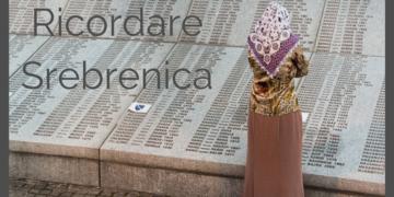 Una donna davanti al Memoriale di Potocari