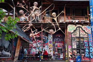 Graffiti e sculture nel centro di Metelkova a Lubiana.