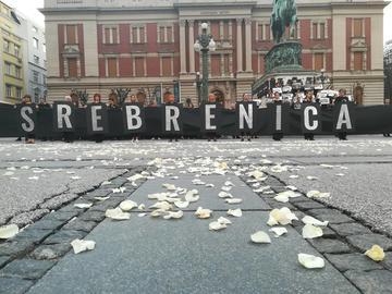 5_Srebrenica_striscione_petali_rose.jpg