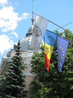 Bandiere moldava ed europea sventalano nella capitale Chişinău (foto di Bernardo Venturi)