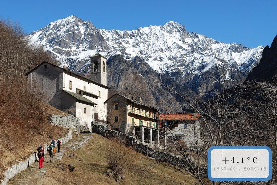 villaggio di montagna e cime innevate