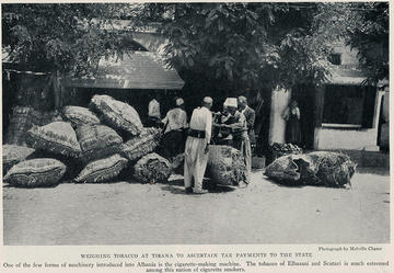1931, mercato del tabacco a Tirana (flickr/janwillemsen)