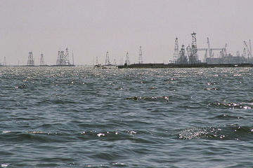 Campi petroliferi sul Caspio, in Azerbaijan (Bruno Girin /Flickr)