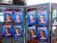 """Affissione stradale di tre anni fa in Serbia su Vojislav Seselj, uomo simbolo dell'era Milosevic, accusato di crimini di guerra dal Tribunale penale internazionale. """"Il processo comincia il 7 novembre -c'e' scritto- Stop alla tirannia dell'Aja"""""""