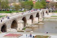 Il quattrocentesco Ponte di pietra sul fiume Vardar, nel centro di Skopje (Optic Optimacy / Flickr)