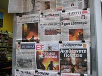 Un'edicola di Atene pochi mesi fa, con le notizie degli scontri di piazza, legati alle contestati tagli alla spesa pubblica (babour /Flickr)