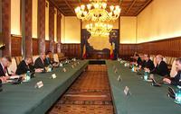 L'incontro della delegazione Fmi, guidata dal direttore generale Dominique Strauss-Kahn (il terzo nella fila di sinistra) con il governo rumeno. Sul lato destro del tavolo si riconoscono il premier Emil Boc e il ministro delle Finanze Sebastian Vladescu (Bucarest, 30 maggio 2010)