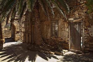 Ruderi di pietra a Spinalonga, risalenti a quando l'isola era un lebbrosario (lentina_x /Flickr)