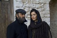 Giorgis ed Eleni, due dei protagonisti della saga tv 'To Nisi' (foto di scena)