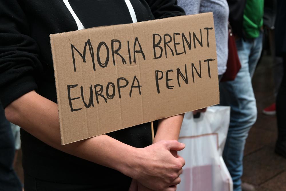 """A Lubecca, Germania, si manifesta in solidarietà ai richiedenti asilo di Moria: """"Moria brucia, l'Europa dorme"""" (© Maren Winter/Shutterstock)"""