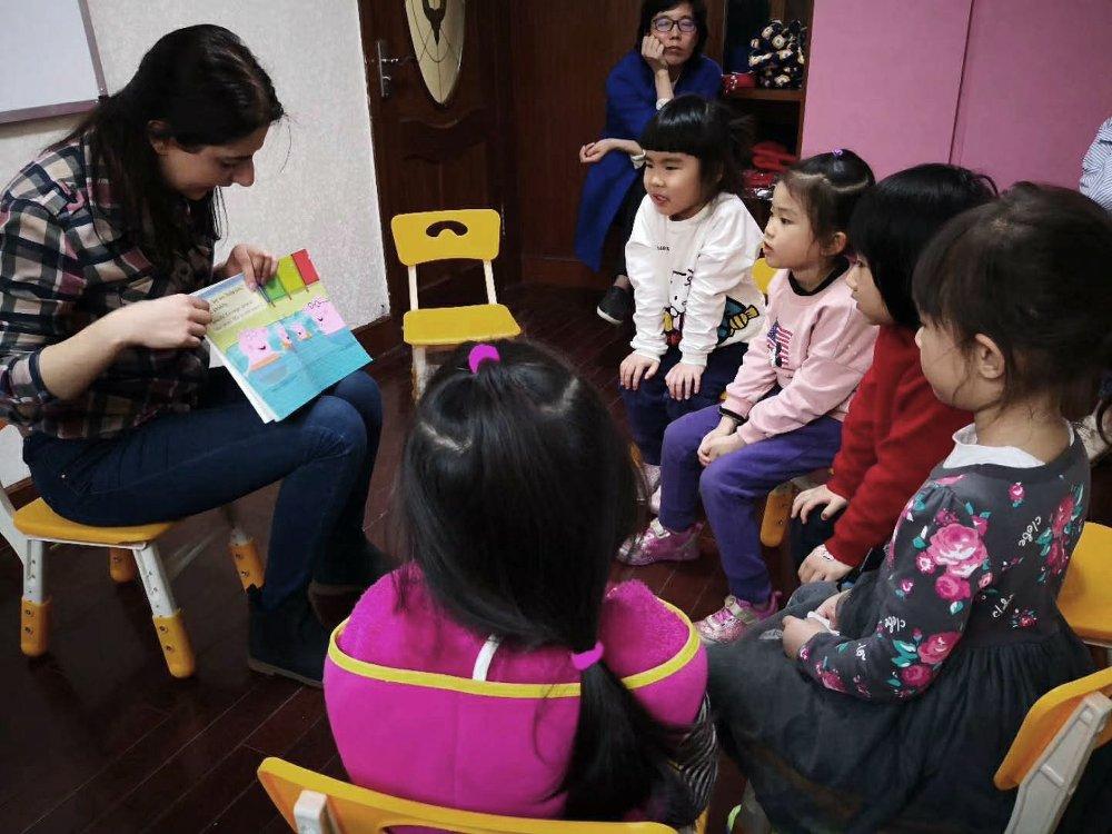 Astghik durante una lezione presso un asilo in Cina