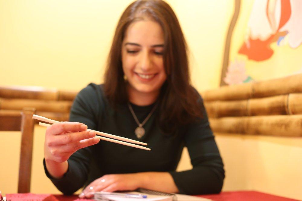 Astghik mentre scherza con le bacchette cinesi - foto di Armine Avetisyan