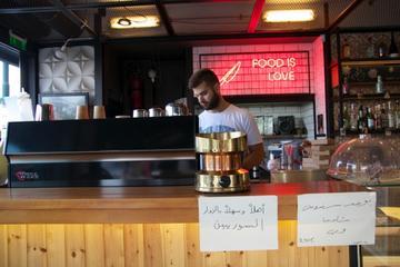 Bar del porto dove si dà il benvenuto ai rifugiati (foto G. Vale)