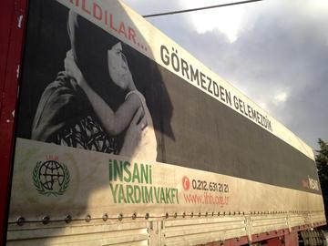 Camion della ong Fondazione di aiuto umanitario (foto A. Gilabert)