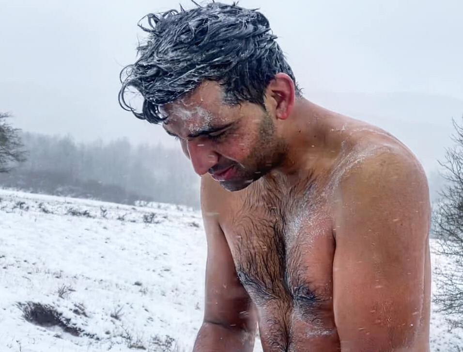 11 gennaio 2021 - Migrante che si lava all'aperto nei perssi del campo di Lipa, Bosnia Erzegovina (foto © Stefania Battistini)