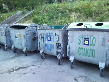 Cassonetti per la raccolta differenziata a Kotor