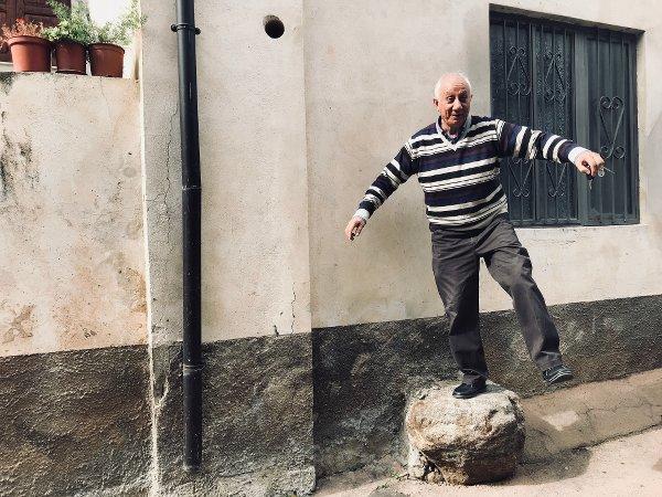 Damiano Cingone sulla pietra di De Rada - foto di Maria Chiara Calvani