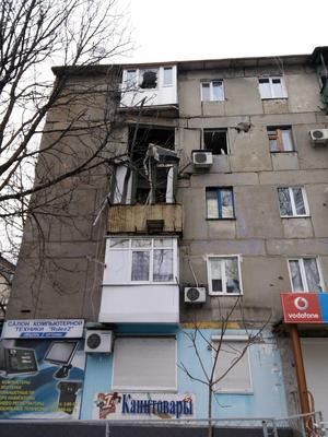 Appartamento sventrato da un colpo di mortaio (foto P. Bergamaschi)