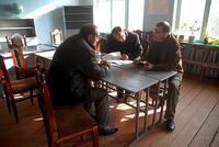 Georgi Vanyan (a destra) mentre incontra funzionari locali in una scuola di Tekalo, Georgia (Foto © Onnik Krikorian 2011)