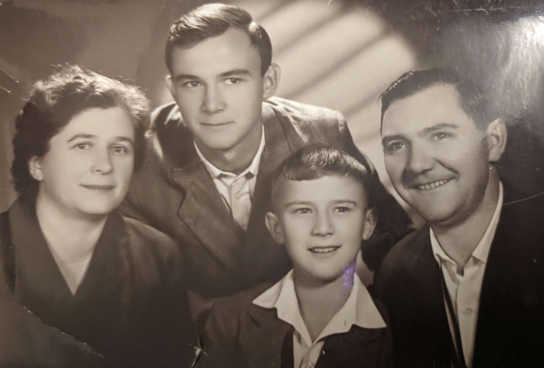Giovanni Clazzer - a destra - e famiglia