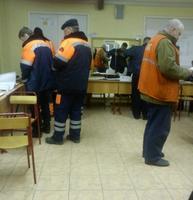 Gruppo di lavoratori in un seggio di Mosca
