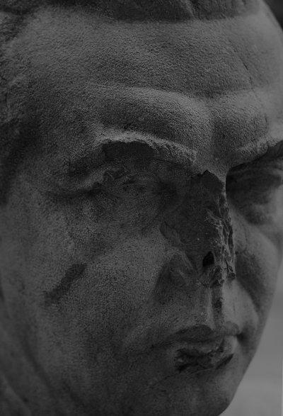 uno dei pochi busti di Enver Hoxa sopravvissuti alla feroce distruzione dei simboli del regime. Oggi é abbandonato in uno spiazzo dietro alla Galleria di arte moderna di Tirana - Camilla de Maffei