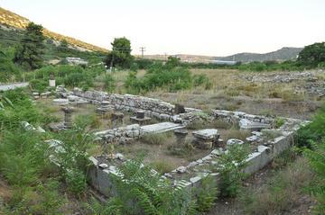 I resti del tempio di Artemide Aulidea, nei pressi della celebre baia da cui partirono le navi achee per la Guerra di Troia