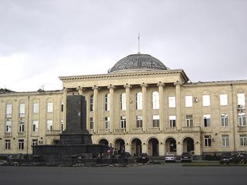 Il piedistallo vuoto dove si trovava la statua di Stalin