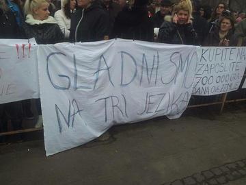 """Il seguenti striscione apparso a Sarajevo recita """"siamo affamati in tre lingue"""""""