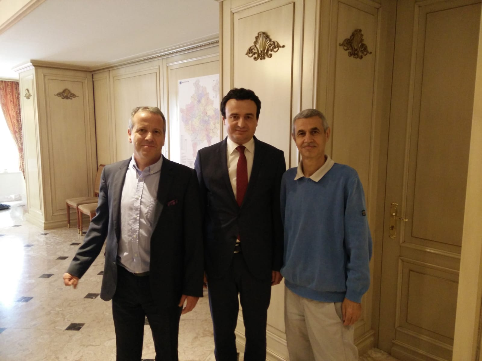 Da sinistra: l'ex eurodeputato Igor Soltes, Albin Kurti e Paolo Bergamaschi