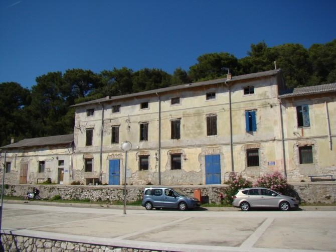 L'edificio dove aveva sede la Kvarner, ora in stato di abbandono - foto H-Alter