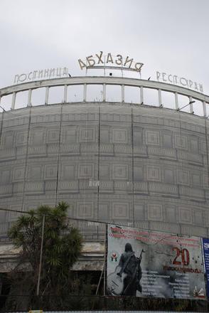 L'Hotel Abkhazia, gia' simbolo della Riviera sovietica, sovrasta la Promenade di Sukhumi (M. Ellena)