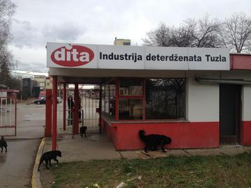 L'ingresso di una delle fabbriche privatizzate all'origine delle proteste, Tuzla (Foto Stefano Giantin)