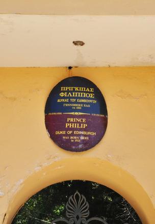 L'iscrizione che ricorda la nascita di Filippo, duca di Edimburgo, nella villa di Mon Repos a Corfù