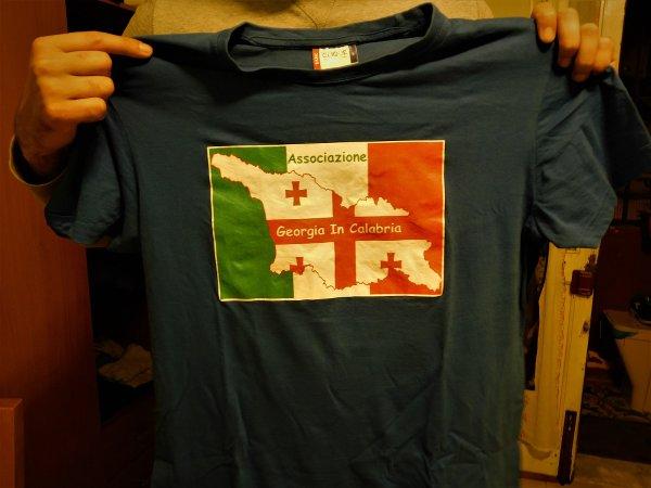 """La maglietta dell'associazione """"Georgia in Calabria"""" mostrata dal presidente Giorgi Kipiani.  Reggio Calabria,25 gennaio 2020 - Pietro Battaglia."""