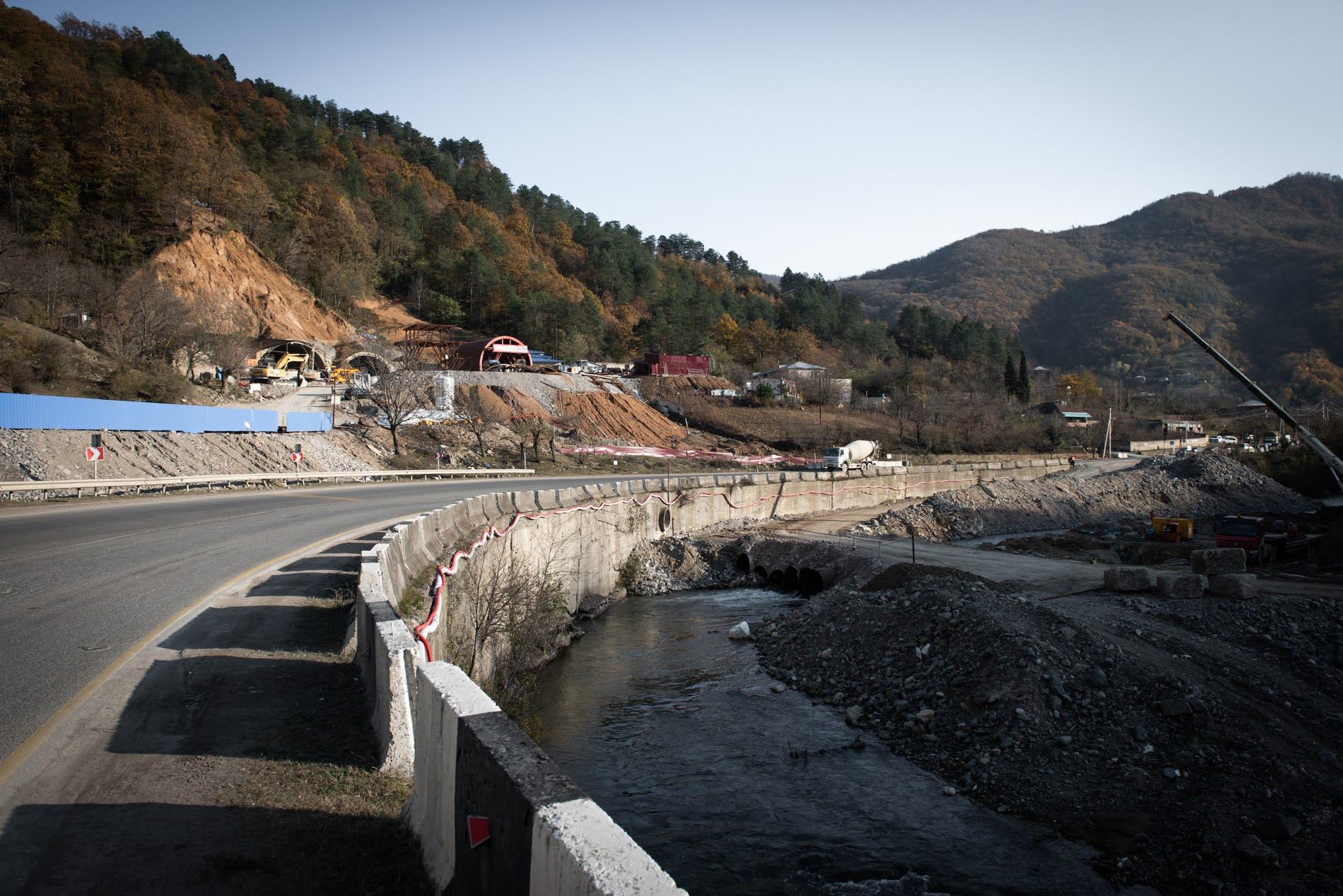 La nuova autostrada passerà attraverso una serie di tunnel e cavalcavia, lasciando la vecchia strada quasi priva di traffico (Tamuna Chkareuli / OC Media)