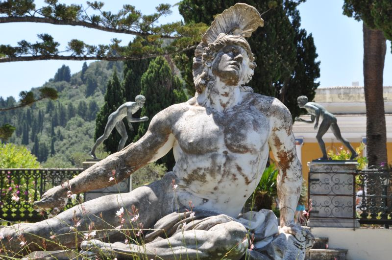 La statua di Achille ferito, voluta da Elisabeth imperatrice d'Austria al centro del parco della sua villa, l'Achilleion, a Corfù.