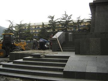 Lavori di rimozione del monumento a Stalin