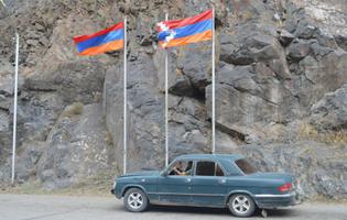 Le due bandiere al confine della repubblica de facto (Foto Simone Zoppellaro)