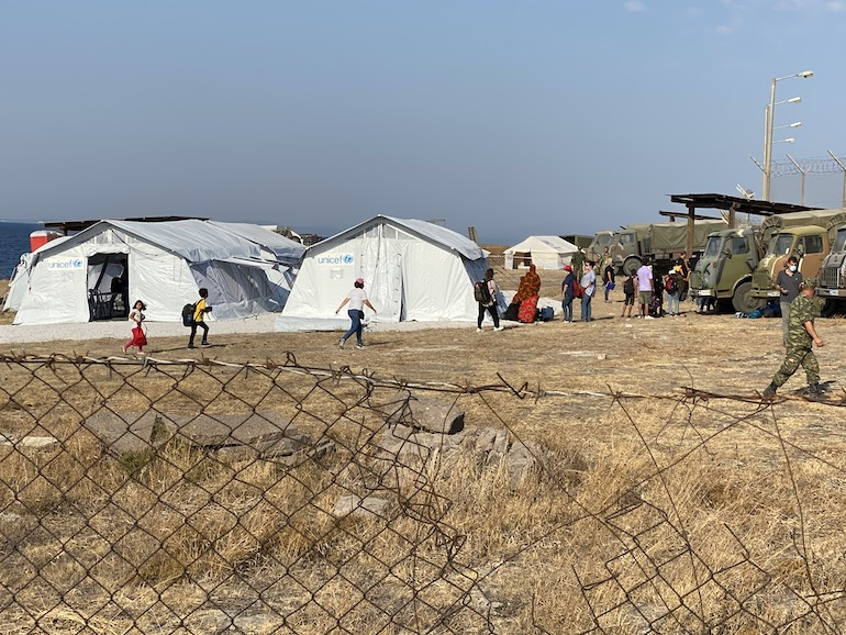 Le prime tende del nuovo campo che dovrebbe alloggiare gli sfollati da Moria (© LcB/Rafenberg)
