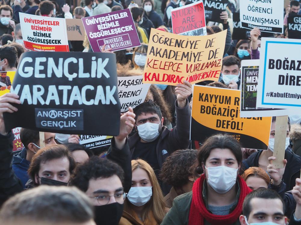 اعتراضات در 6 ژانویه در استانبول پس از انتصاب ملیح بولو به عنوان رئیس جدید دانشگاه بوزازیچی (© Gokce Atik / Shutterstock)