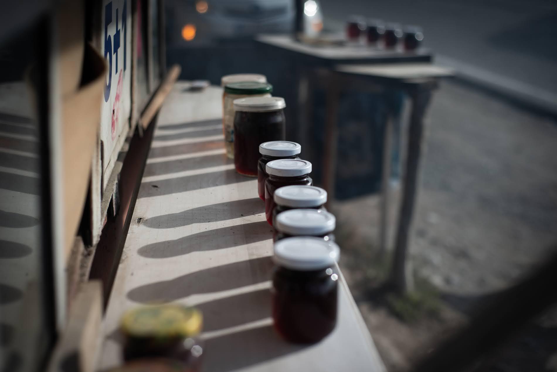 Insieme al nazuki, le donne di Surami vendono anche altre prelibatezze come la marmellata di pigne (Tamuna Chkareuli / OC Media)