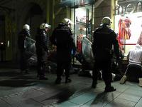 La polizia arresta i manifestanti