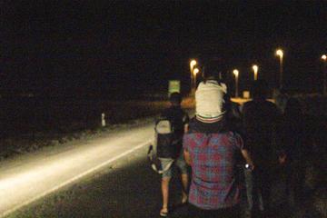 Da Kanjiža all'Ungheria: la marcia notturna dei rifugiati lungo il corso del fiume Tisza (foto G. Vale)