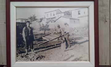 Membri della famiglia Brackovic mentre fabbricano mattoni di fango, 1932