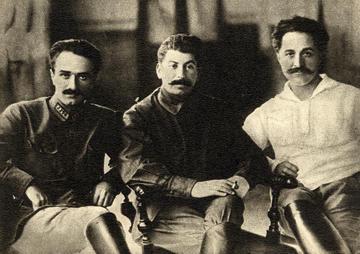 Mikoyan con Stalin e Ordzhonikidze (1925, Wikipedia)